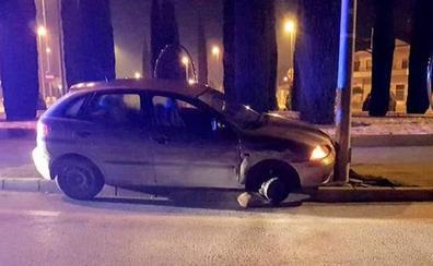 Un conductor ebrio estrella su coche contra una farola en la avenida de Alicante