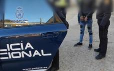 Se atrinchera armado con sus dos hijos para exigir a su expareja que le traiga droga en Alicante
