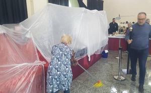 Las goteras no impiden la actividad en la Feria de Minerales del Mercado Público de La Unión