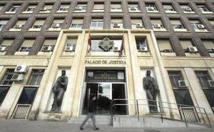 Condenado a dos años de cárcel por robar 20 euros en una tienda de Murcia