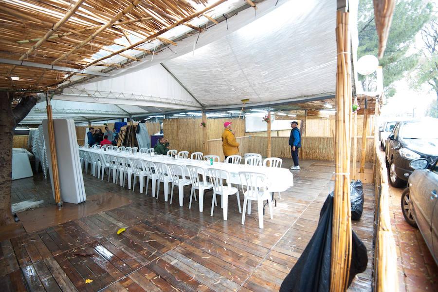 Las barracas abren a mediodía de hoy, pese al mal tiempo