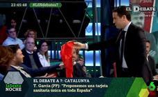 Teodoro García le regala una bandera de España a Rufián en pleno debate televisivo