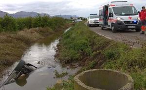 Un vehículo vuelca y queda completamente hundido en una acequia en Cobatillas
