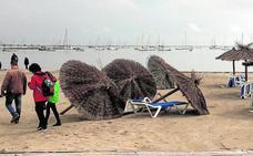 El temporal se lleva arena y provoca destrozos en las playas del Mar Menor