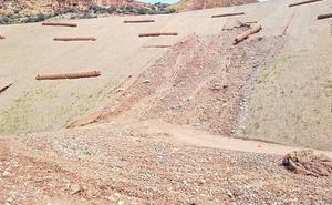 Las lluvias dejan daños en el muro de contención de una balsa minera