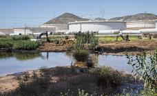 Medio Ambiente exige a Repsol la limpieza del fuel y descontaminar la rambla del Charco