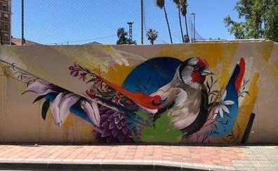Grafiteros de Italia y Murcia plasman su visión de la primavera en muros de la capital