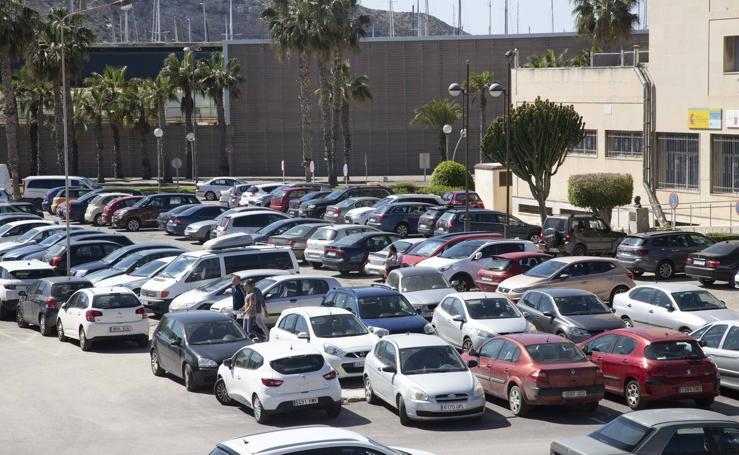 El caos de tráfico se apodera del campus de la Muralla y desata un aluvión de quejas
