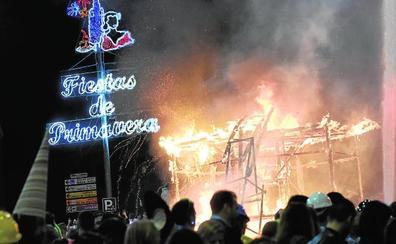 La Sardina ardió en su catafalco de 14 metros