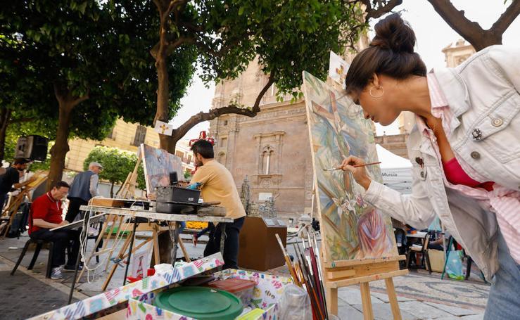 La plaza de la Cruz, escenario del certamen de pintura 'Las cruces de mayo en Murcia'