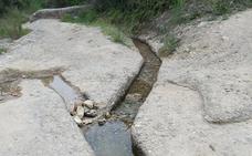El agua de la rambla del Puerto de la Cadena llena piscinas y balsas de riego