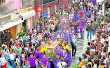Los niños clonan los desfiles bíblico pasionales
