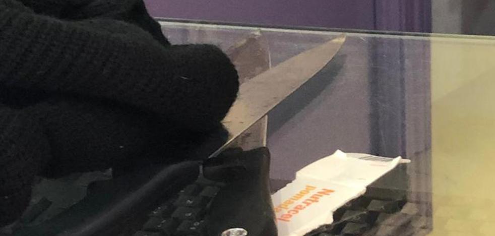 Un guardia de seguridad reduce y retiene a un presunto atracador en una farmacia