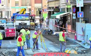 La calle Carlos III de Murcia gana en seguridad con los trabajos que renuevan todo su pavimento