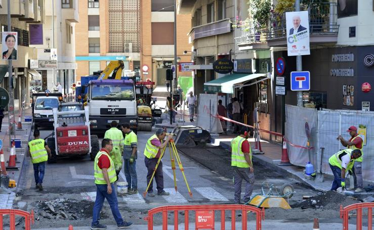 La calle Carlos III gana en seguridad con los trabajos que renuevan todo su pavimento