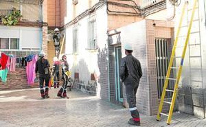 Desmontan 80 enganches ilegales a la red eléctrica en los barrios de La Paz y La Fama