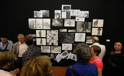 Pedro Cano pinta en directo en Verónicas en su muestra 'Siete'