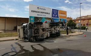 Herido el conductor de una hormigonera tras volcar en Jumilla