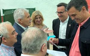 El candidato del PSOE en Alcantarilla entrega una carta a Sánchez con sus demandas ferroviarias