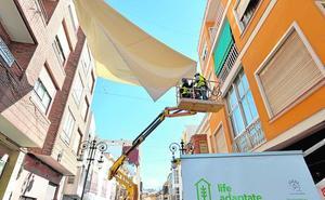 Instalan toldos para mitigar el calor en el centro urbano