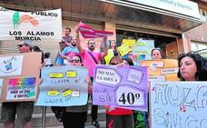 El calor en las aulas congrega a decenas de padres frente a la Consejería de Educación
