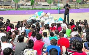 Los niños de Los Barreros reciclan sus plásticos