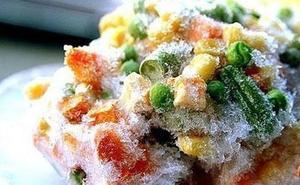 ¿Es bueno descongelar los alimentos a temperatura ambiente?