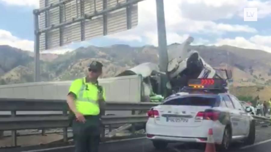 Un camión volcado en la A-7 provoca retenciones y un segundo accidente en Santomera