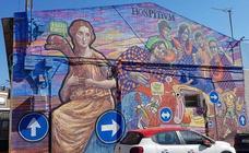 El padre Carpena protesta por el mural pintado en un polideportivo de Cartagena