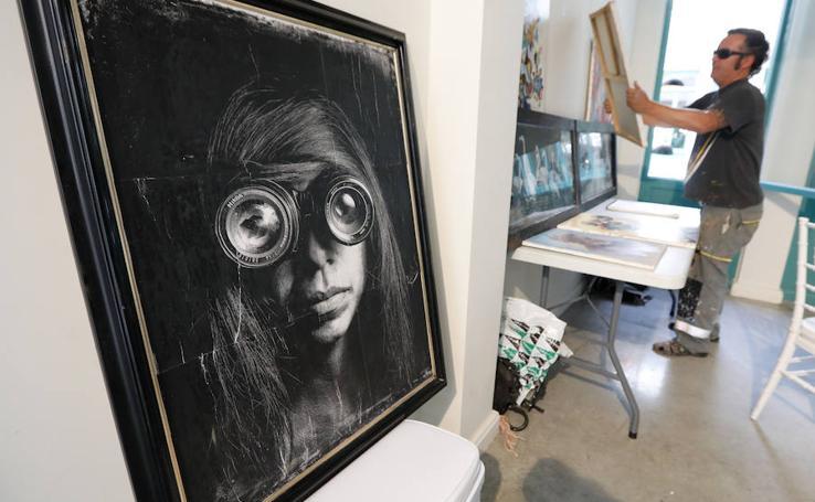 Más de 30 diseñadores y artistas venden sus creaciones en el Mercado de Correos