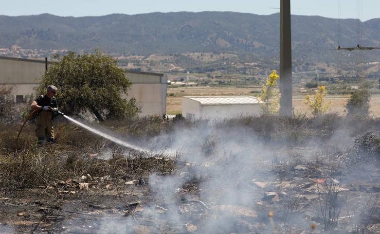 Arde un desguace en Sangonera la Seca, junto a la Base Aérea de Alcantarilla