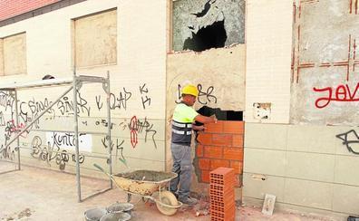 Urbanismo comienza a tapiar los edificios de okupas en La Flota