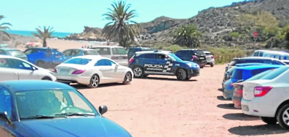 La Policía trata de evitar que cobren a los bañistas por aparcar en Percheles