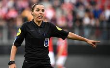 Stéphanie Frappart, primera árbitra ascendida a la liga francesa