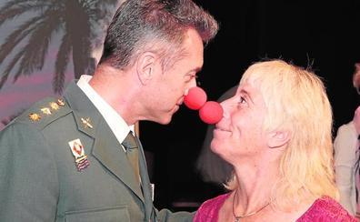 Palmas y narices rojas para aparcar la intriga política