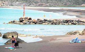 Costas prohíbe el baño en la playa de Portmán por «falta de seguridad»