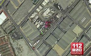 Los bomberos apagan un incendio en una nave industrial de Lorquí