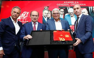 La Federación impulsará una Europa League en Sevilla como homenaje a Reyes y ve la Supercopa en Oriente Medio