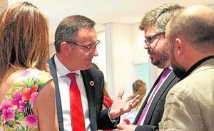 Diego Conesa se encara con Fran Hervías en la cafetería de la Asamblea