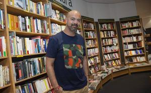 Javier Salinas: «En la Región hay mucha producción literaria, pero se cuida poco la estética»