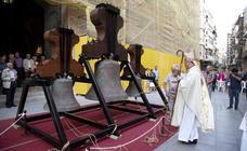 El obispo bendice las campanas