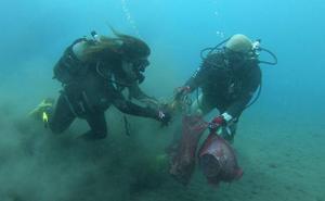 Retiran cerca de 200 kilos de basura de los fondos marinos de Bolnuevo