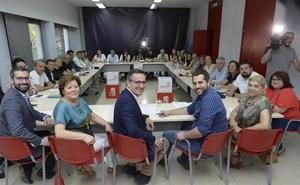 Conesa suspende de militancia a Castejón, pero le deja gobernar en nombre del PSOE