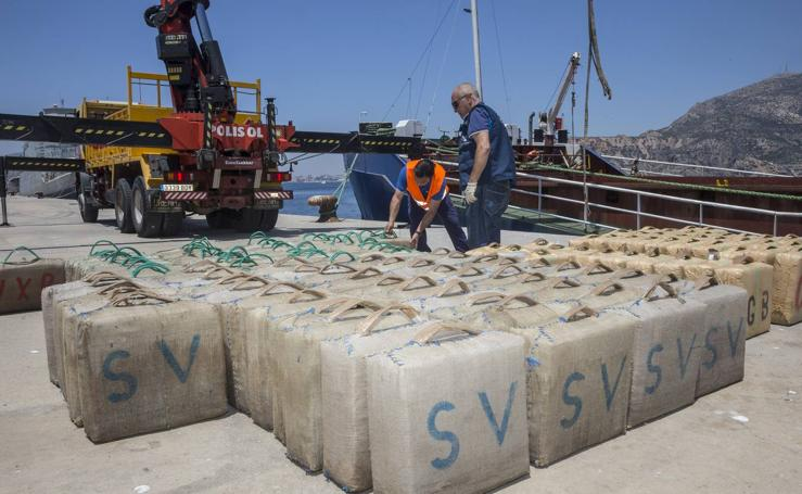 Interceptado en aguas de Cartagena un carguero con 10.000 kilos de hachís