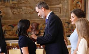 Una maestra de Beniel y un belenista de Puente Tocinos, galardonados por el Rey