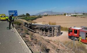 Atropellados dos guardias civiles mientras asistían en el vuelco de un camión en Totana