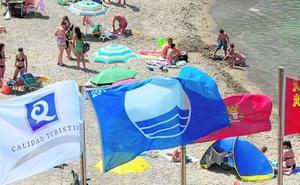 La bandera Q de calidad ondea en tres playas más hasta alcanzar las cuarenta
