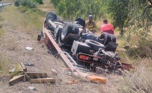 Hospitalizado tras salirse de la carretera y volcar el camión que conducía en Yecla
