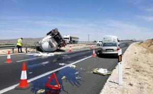 Un camión cargado de glucosa líquida provoca un accidente en Abarán