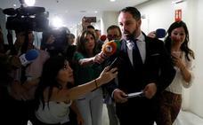 Casado y Abascal fracasan en su primer intento de desbloquear las investiduras en Murcia y Madrid